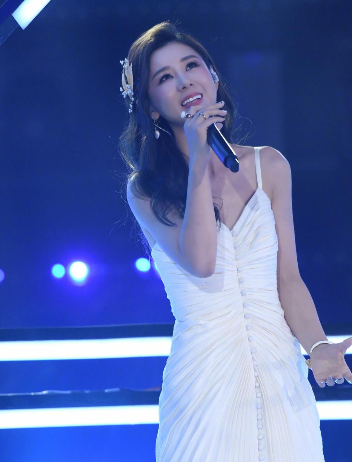 李小萌的脸真显嫩,穿吊带白裙显气质清新,身材曲线还更好