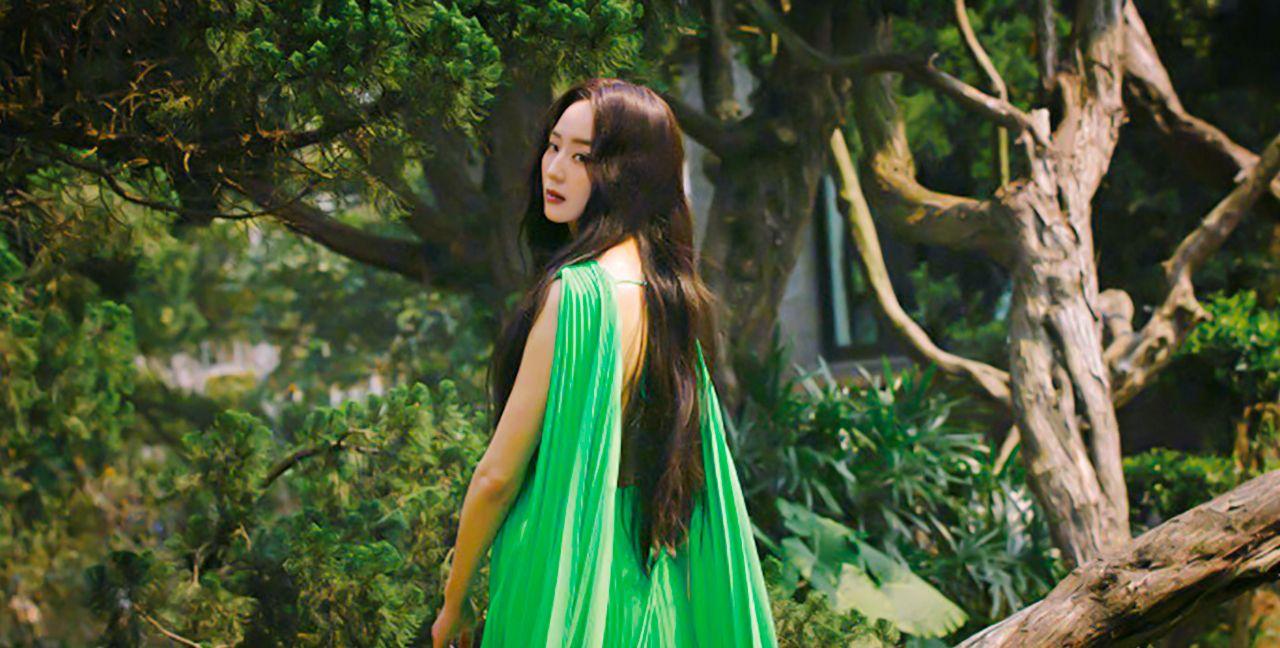 张钧甯时尚杂志四月刊封面大片,身于自然之中气质满分!