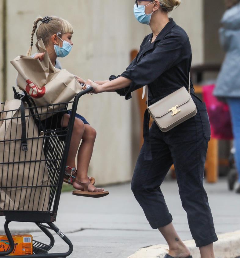 斯嘉丽·约翰逊和女儿纽约新街拍