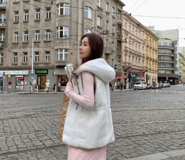 张子萱又穿出20岁的样子,穿条纹针织毛衣搭铅笔裤,可时尚了!