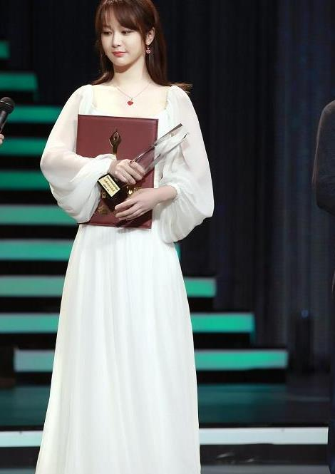 杨紫百花奖两组造型,公主裙缝领口显腰粗,白裙温柔仙气