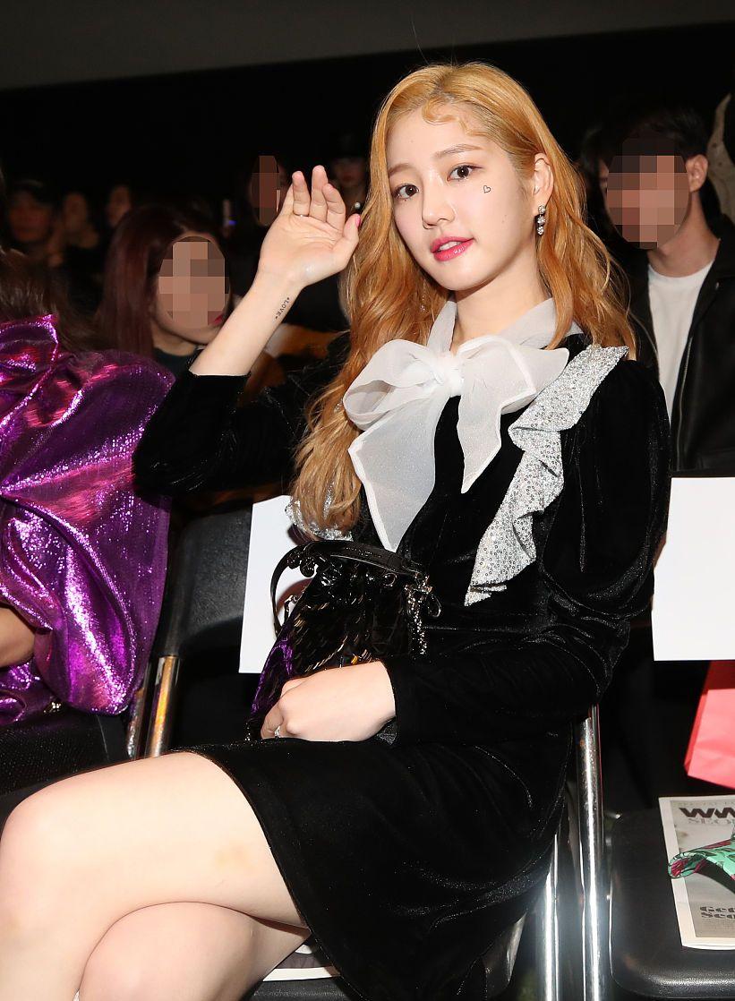 2020春夏首尔时装周星装:李侑菲蝴蝶结小黑裙丝绒堆堆靴复古可爱