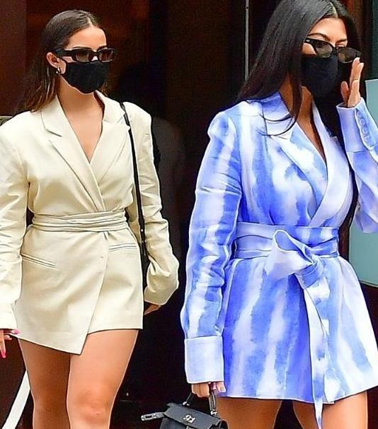考特妮卡戴珊和闺蜜出街款式一样的连衣裙,齐秀美腿