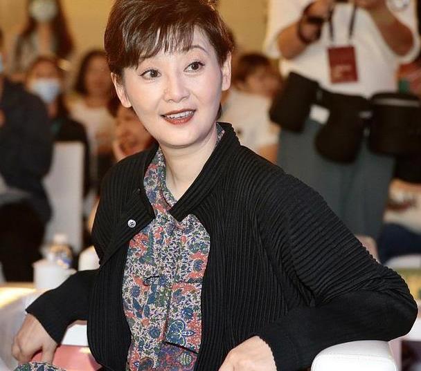 徐帆不愧是冯小刚的老婆,穿黑色外套配碎花裙,妆容精致优雅高级