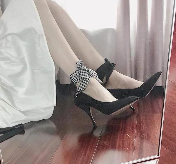 绑带黑色高跟鞋,穿起来显瘦又高级,不规则的感觉更是打破常规