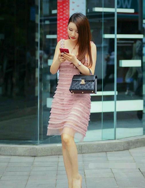 街拍,穿着高跟鞋逛街的时尚美女,尽显女神风范