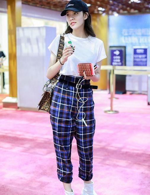 宋妍霏街拍:白色T恤格纹纸袋裤 Fendi手袋白靴清新少女