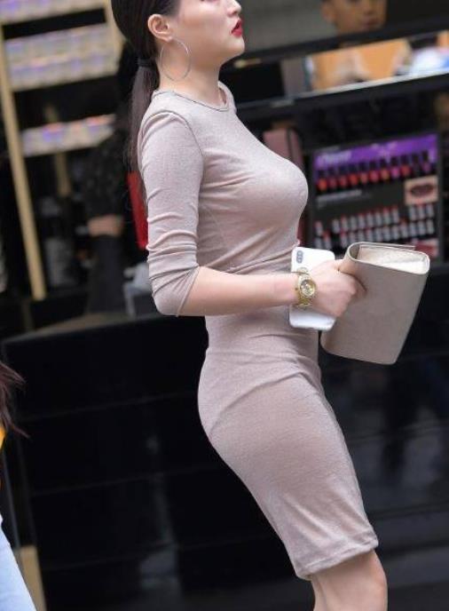 街拍美图:身材高挑的小姐姐,美搭紧身裙,让曲线更加的完美!