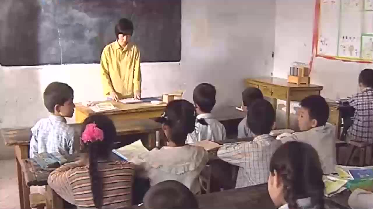 小朋友们都在教室上课小花却只能趴在窗户外面偷看