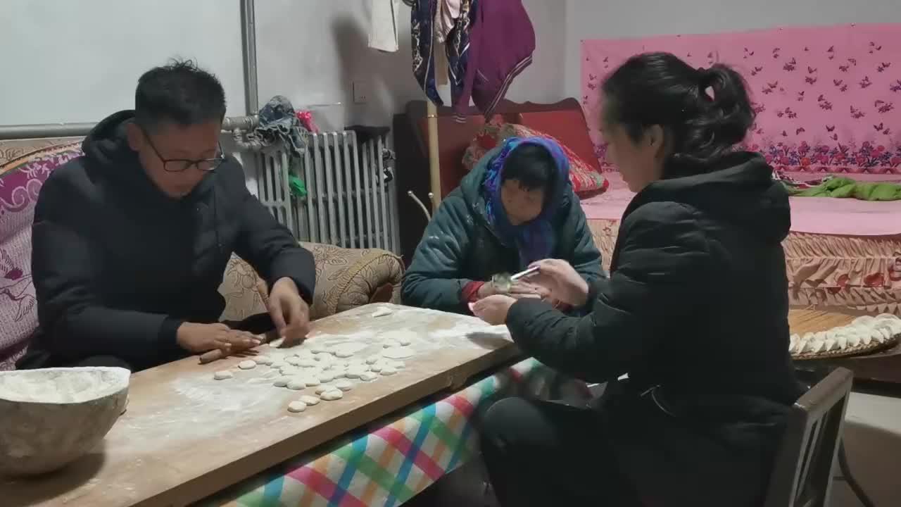 农哥擀皮,妈妈和媳妇包饺子,每人一碗饺子吃出满满的幸福感