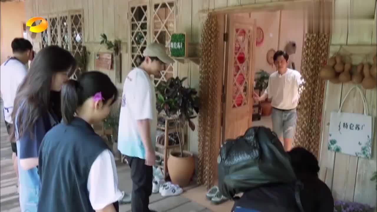 郑钧做客蘑菇屋,自带拖鞋跟茶缸,黄磊:真是摇滚养生两不误!