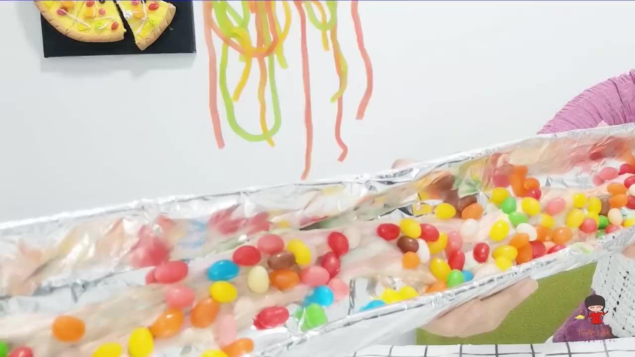 """小姐姐自制""""超大彩色长绳糖"""",棉花糖融化撒糖豆,甜蜜能拉丝"""