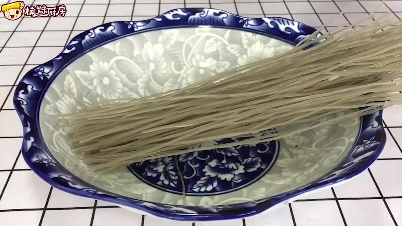 想吃酸辣粉在家做,农村大妈分享新做法,快速简单,开胃解馋
