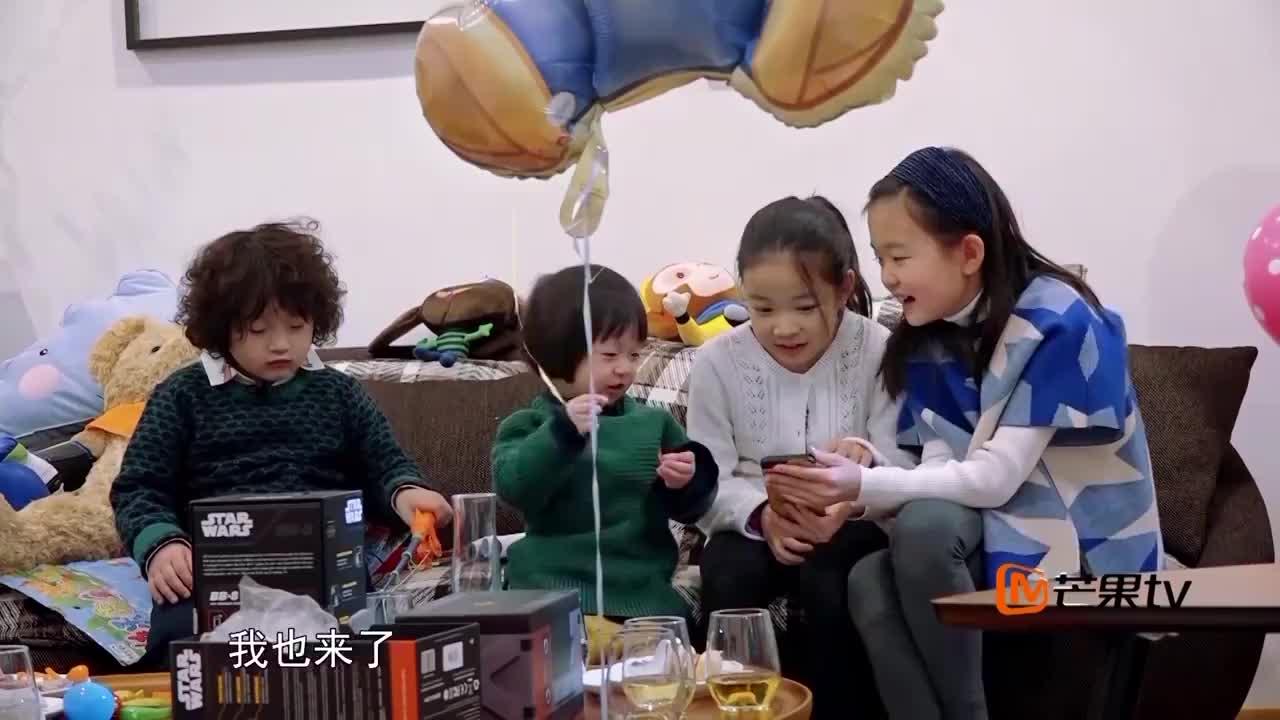 邹市明忙着训练,拿戴拳套的玩具熊陪孩子,冉莹颖很心酸!