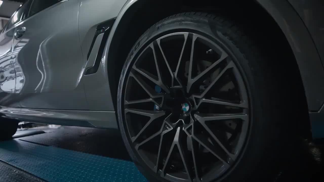 2021款宝马X6M有多强悍?开上马力机声浪响起那刻,不要太帅了
