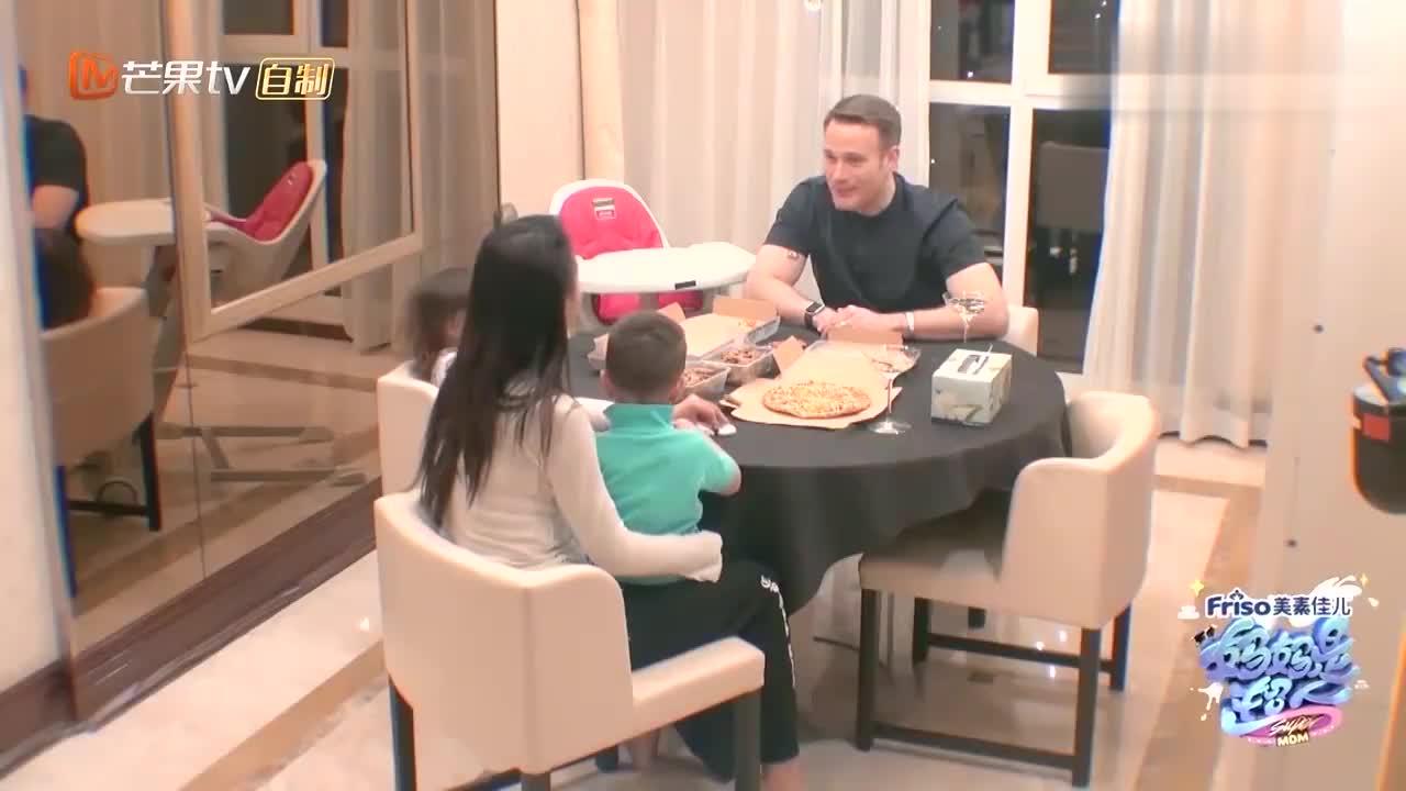马雅舒终于接受家里有家具,一家人三年来头一次坐桌子边吃饭