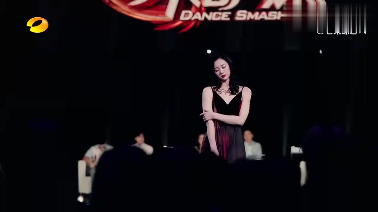 女孩穿吊带红裙跳《胭脂》,女性魅力十足,何炅振臂欢呼,太美!