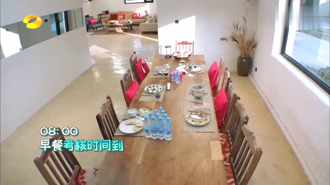 刘涛点评吴磊做的早餐,吴磊紧紧盯着太可爱了,网友:我也想吃