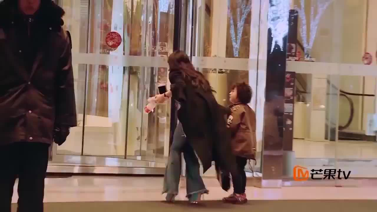 轩轩终于见到女神,却抱着自己的弟弟,瞬间吃醋了!