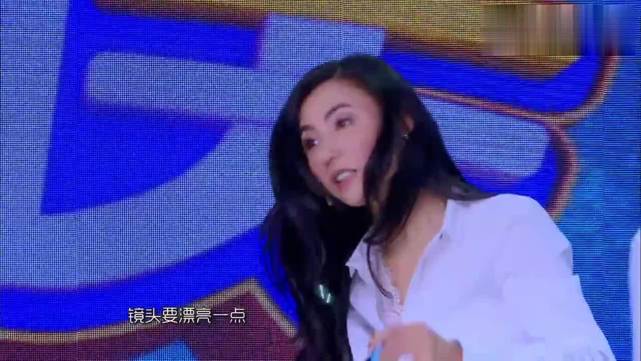 张柏芝不愧是女神啊,带上眼镜那一刻瞬间粉了,王嘉尔激动地跳舞