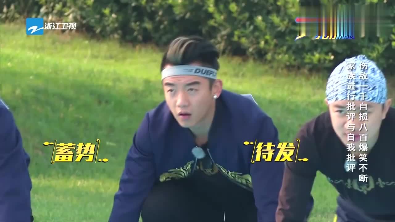 邓超题板上写自己缺点,李晨竟直言他英语不行,被邓超用锤猛敲