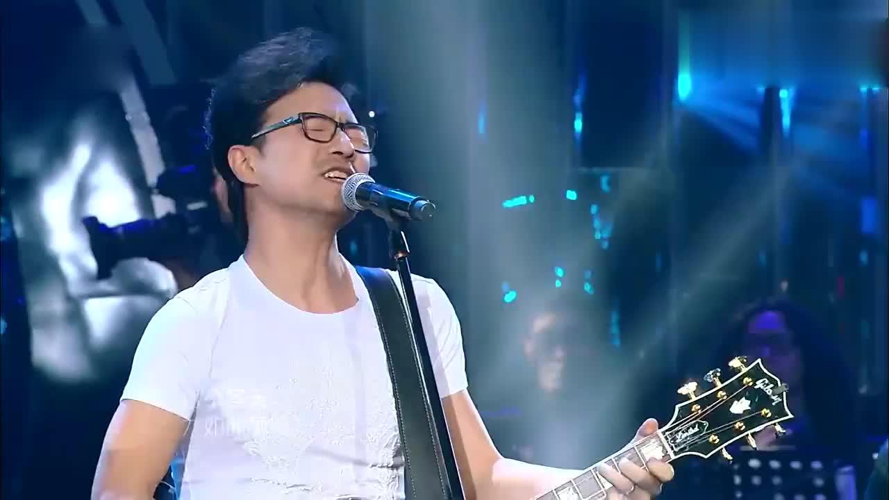 歌手:汪峰激情演唱《下坠》,开口震撼全场,观众都跟着唱起来
