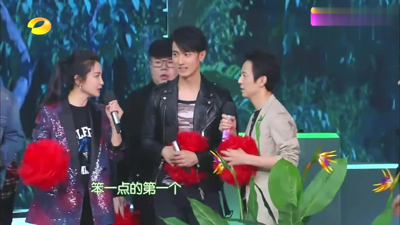 快本:何炅PK武艺五子棋赢了,开心到飞起,李冰冰:好幼稚!
