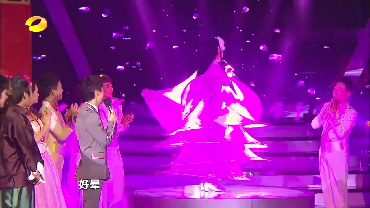 谢娜模仿小彩旗,一身粉红色旋转裙搭配白色头饰,重回颜值巅峰!