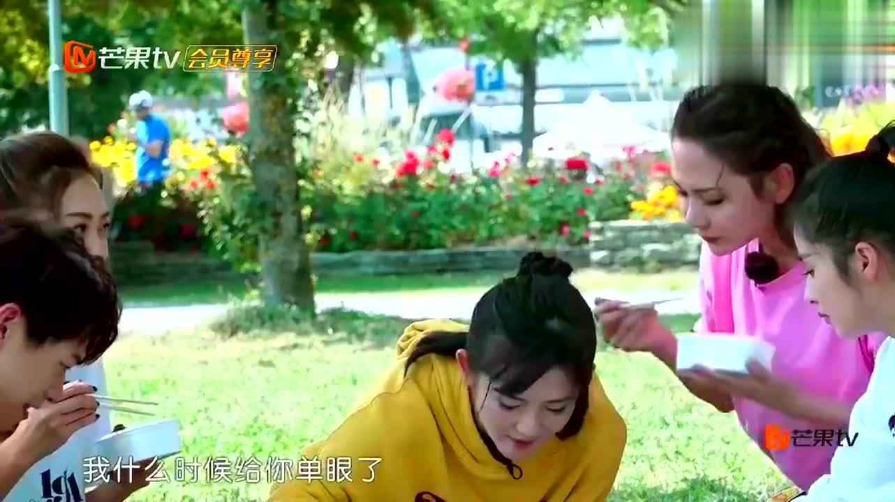 魏大勋给应采儿夹菜抛媚眼,网友:这是不把山鸡哥放在眼里了吗