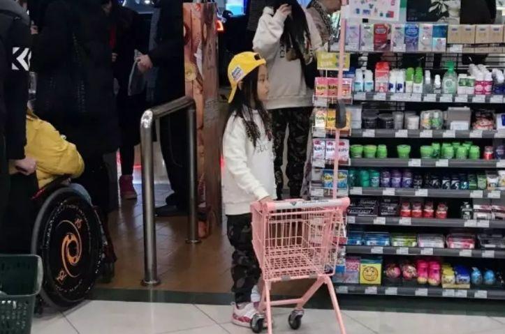 离婚后首现身!李小璐带甜馨逛超市,女儿眼神温馨
