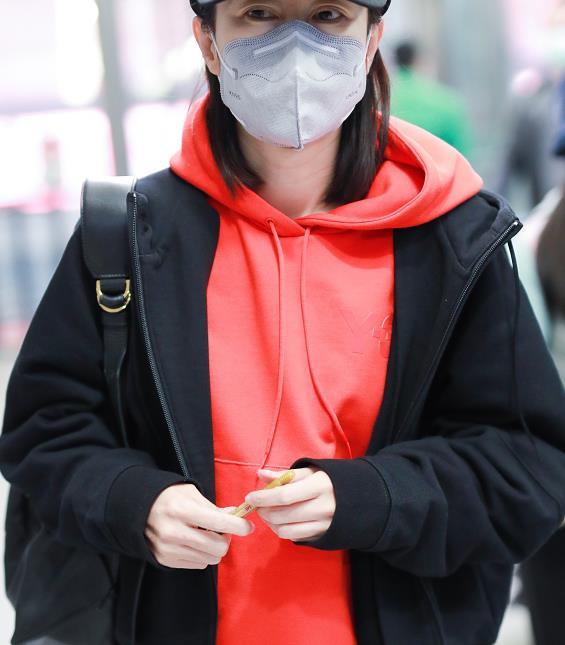 刘敏涛穿黑色外套内搭红色连帽卫衣,轻松舒适,十分的时髦有范!