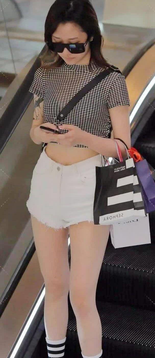 街拍:一身简约千鸟格短衫+牛仔热裤,轻松穿出减龄时尚感