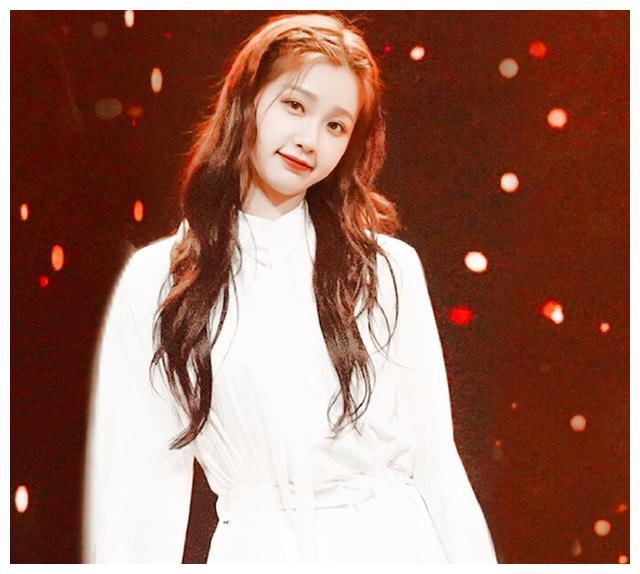 虞书欣《青你2》初舞台造型甜美 波浪卷发搭白裙甜美清新