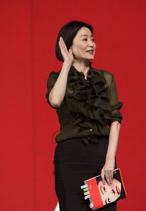林青霞的美无关年龄,穿半透衬衫配一步裙,年过60依旧优雅时髦