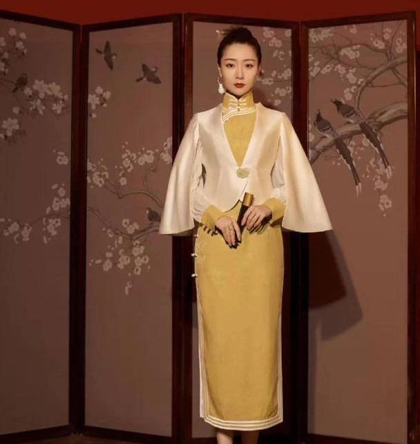 """白冰太有气质了!穿""""国际旗袍""""尽显东方温润,比模特好看太多!"""