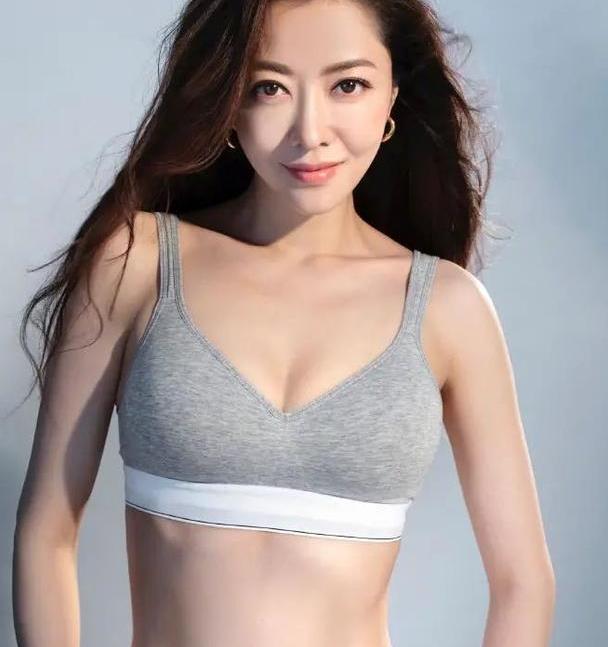 熊黛林40岁生日难得性感!穿塑形内衣炫腹,丰腴身材太有女人味