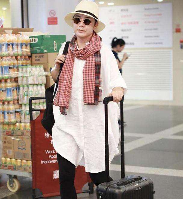 54岁蒋雯丽好时髦,白衬衣配打底裤显腿细,戴格子围巾更减龄
