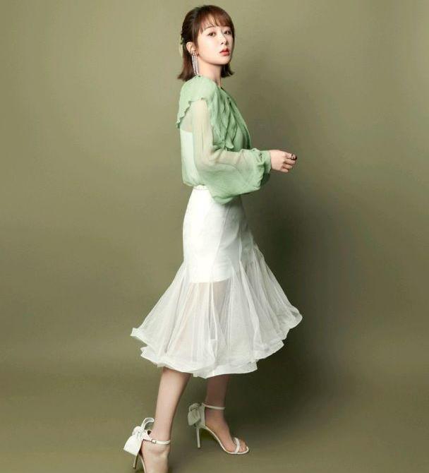 杨紫的衣品越来越高级,淡绿色衬衫配白色半身裙,气质清新淡雅