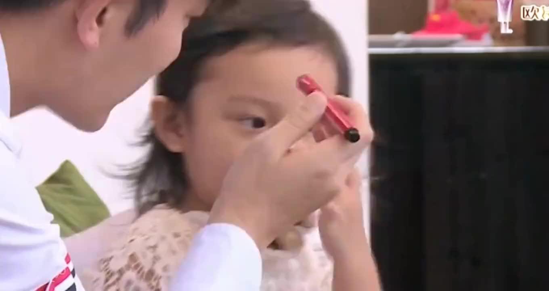"""贾乃亮给甜馨""""上妆"""",甜馨反口说爸爸""""大屁股"""",贾乃亮秒变脸"""