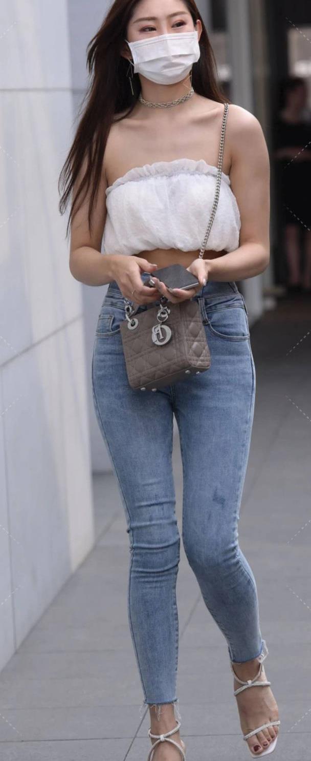 漂亮的美女,抹胸衫配高腰牛仔裤,穿出好身材,好气质