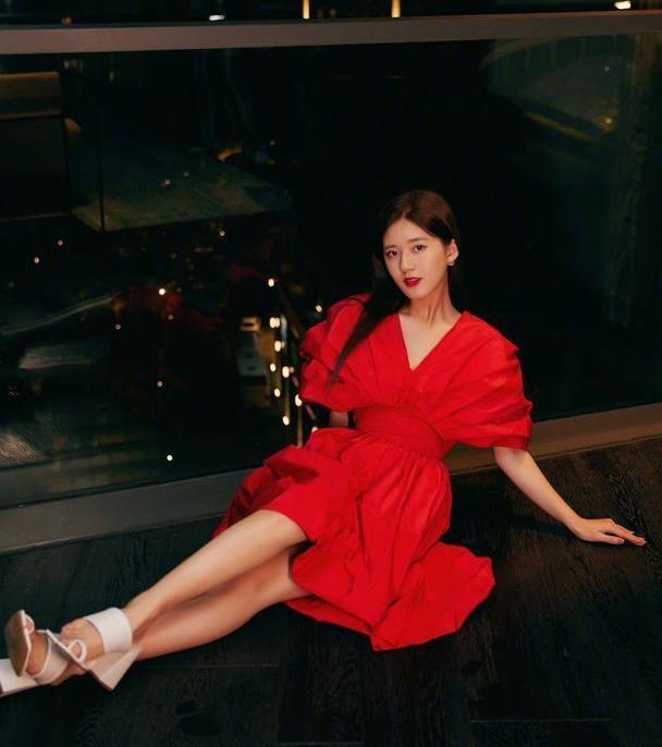 花包红裙复古风,赵露思演绎轻熟少女,甜甜一笑绝了