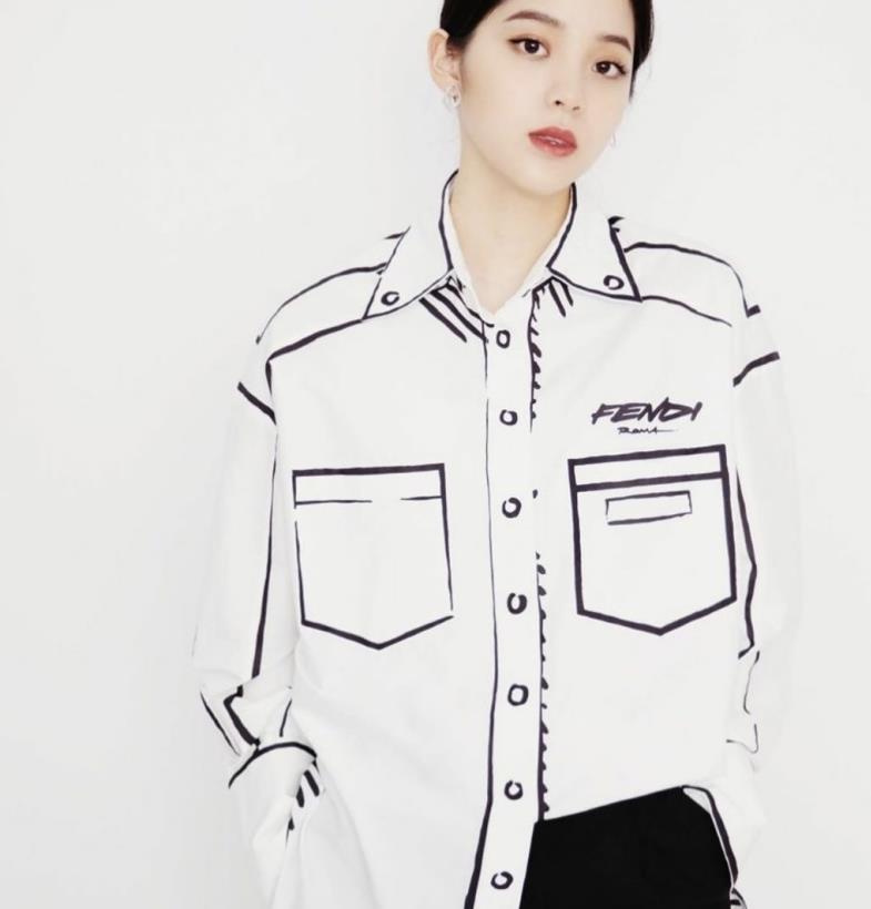 欧阳娜娜涂鸦线条衬衫趣味感十足,让人眼前一亮