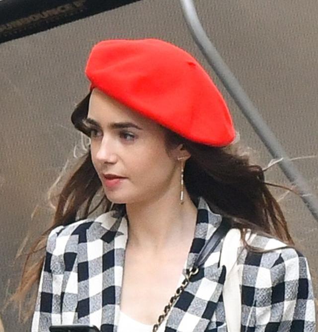 贝雷帽搭配格子外套,莉莉.柯林斯早秋穿搭学起来