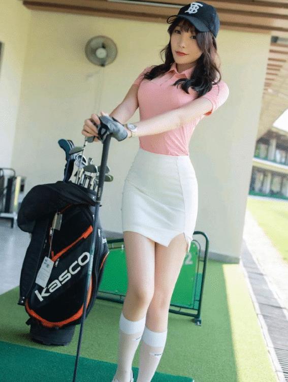 """短裙的""""小开口""""是为了透气的吗?怪不得男人们都喜欢打高尔夫"""