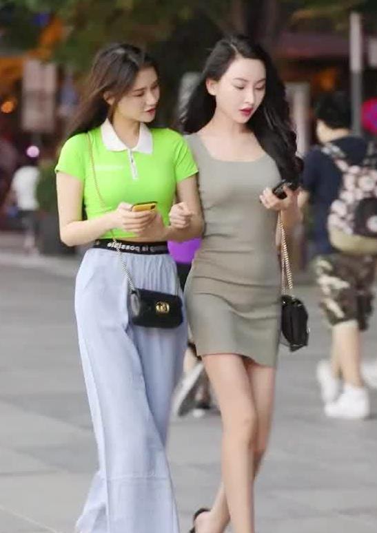 街拍:小姐姐身穿绿色T恤搭配长裤,宽松的裤子尽显休闲时尚风