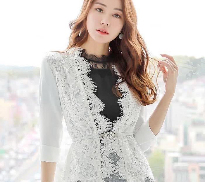 精致职场女人穿白色花边蕾丝小开衫,加上小腰带很高级有型