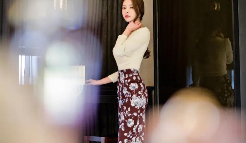 V领白色长袖搭配紫色印花长裙的优雅女生