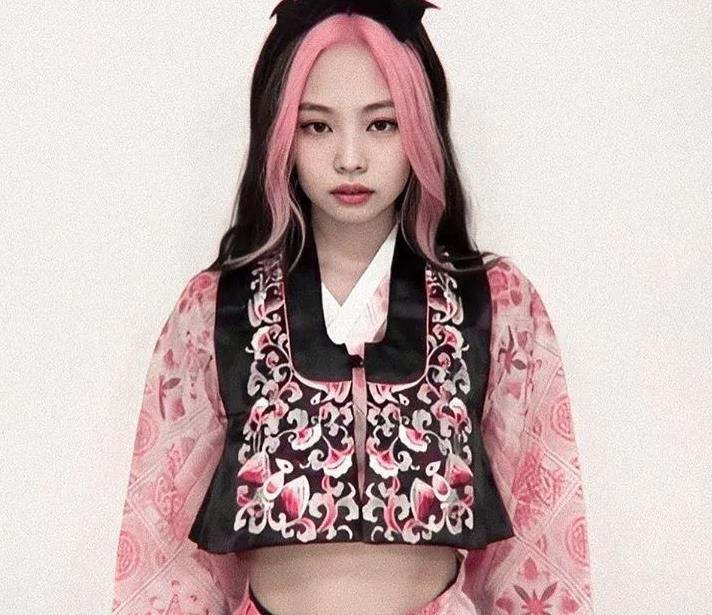 韩国爱豆黑色和粉红色两色调发型,每个都驾驭着不同风格