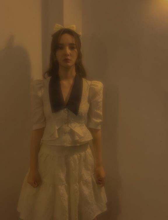27岁勒梦佳,穿白色连衣裙配马丁靴,不愧是当红主持小花