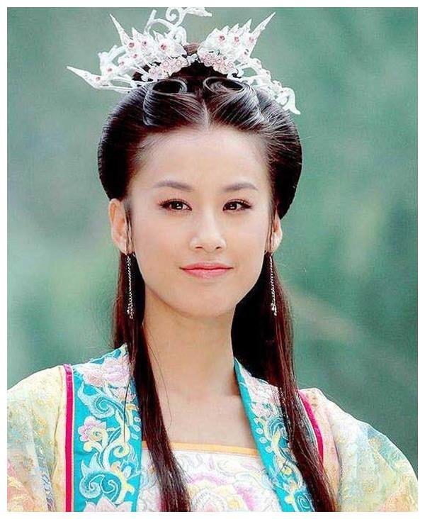 不愧是星女郎!黄圣依素颜出镜仍有贵妇范,37岁状态哪像俩娃妈?